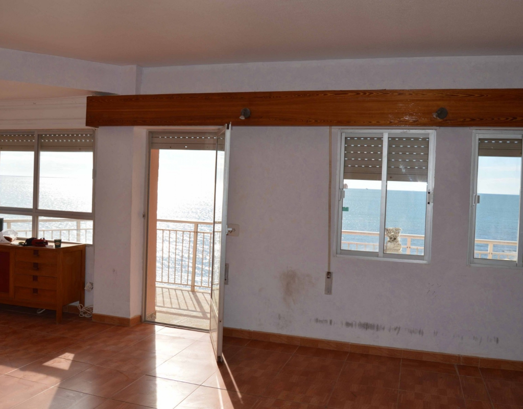 GT-0072-TK : Квартира на первой  линии пляжа, под ремонт, Торревьеха