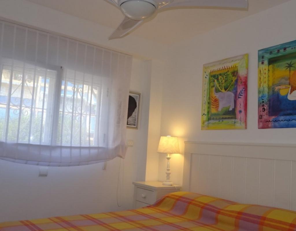 RV0070EU : Отремонтированная квартира на 1 линии пляжа Бенидорма